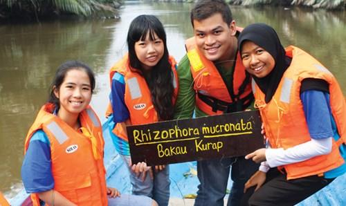 Tường Vy (ngoài cùng bên trái) cùng các bạn trẻ quốc tế trong một chương trình tình nguyện.