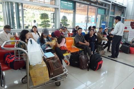 Hành khách các hãng hàng không vật vờ chờ đợi do bị trễ chuyến bay vì sự cố hỏng đường băng Cảng hàng không Buôn Ma Thuột.