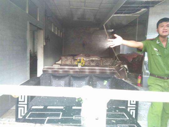 Vụ cháy đã làm thiệt hại nhiều đồ nội thất phía sau kho hàng