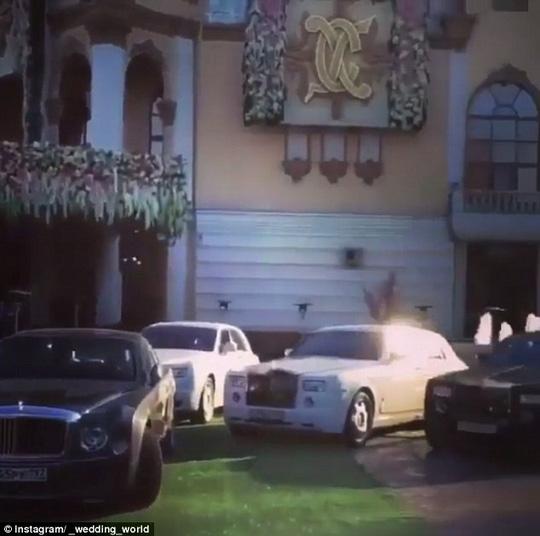 Dàn xe siêu sang của khách mời. Ảnh: Instagram