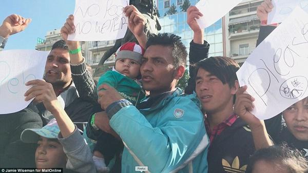 Trẻ em Afghanistan bị từ chối hoàn toàn còn người Syria và Iraq có thể qua nếu đủ giấy tờ.