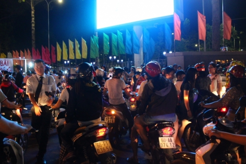 Cả trăm ngàn người liên tục đổ về lễ hội hoa