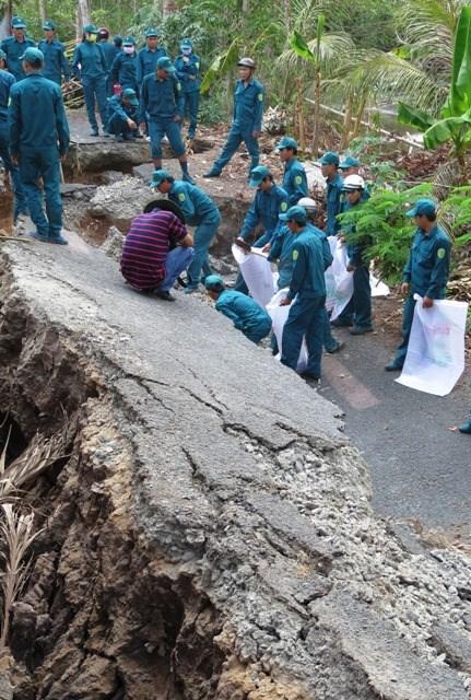 Dân quân tự vệ mở đường tạm cho người dân tại ấp Rạch Cui, xã Khánh Bình.