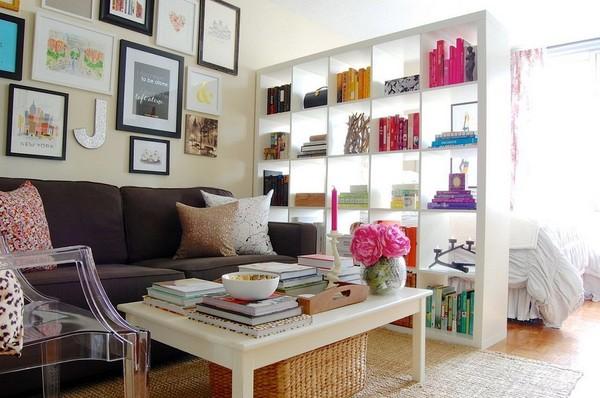 Khi sở hữu một không gian sống nhỏ , bạn nên biết cách sử dụng những món đồ đa năng, như việc sử dụng giá sách thay tường chia không gian căn phòng.