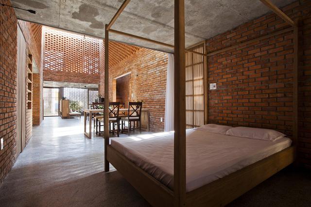 Phòng ngủ dành cho người lớn tuổi được ngăn cách với bếp ăn bằng tấm rèm.
