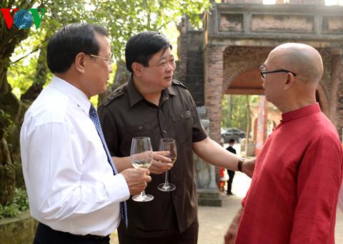 Ông Nguyễn Thế Kỷ, UVTƯ Đảng, TGĐ VOV (ở giữa) cùng Nguyên Bí thư thành ủy Hà Nội Phạm Quang Nghị (bên trái) trò chuyện cùng họa sĩ Thành Chương.