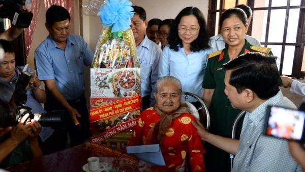 Bí thư Thành uỷ TP.HCM Đinh La Thăng thăm mẹ Việt Nam Anh hùng Nguyễn Thị Em - Ảnh: Tuổi Trẻ