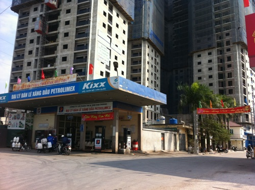 Cây xăng của Petrolomex nằm ngay bên cạnh 2 tòa chung cư với hàng trăm căn hộ