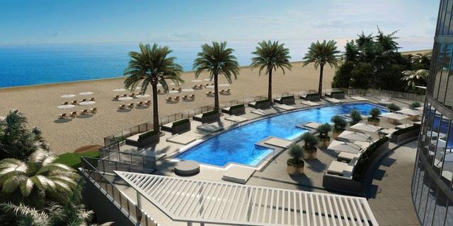 Bể bơi lớn nằm ngay trước sảnh tòa nhà nhìn thẳng ra bờ biển Miama xinh đẹp
