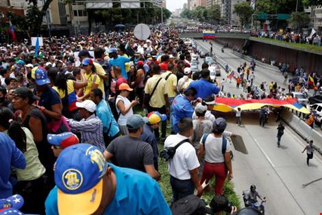Người dân Venezuela biểu tình tại thủ đô Caracas yêu cầu trưng cầu dân ý bãi chức Tổng thống Nicolas Maduro ngày 18-5. (Ảnh: REUTERS)