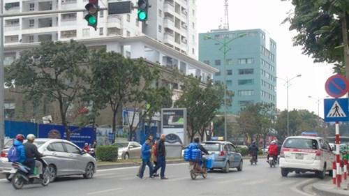 Tại phố Láng Hạ, đèn dành cho người đi bộ sang đường bị hỏng nhưng không ai sửa chữa
