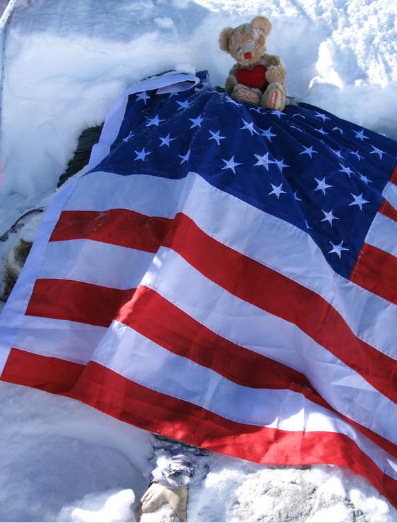 Một cái xác được bọc cờ Mỹ.