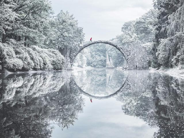 Rakotzbrücke nằm trong miền rừng tận sâu biên giới phía đông nước Đức. Một vòm cầu được nối liền 2 miền rừng, soi bóng xuống mặt hồ kết hợp với quang cảnh tráng lệ xung quanh thật hoàn hảo. Băng qua qua những khu rừng lạnh giá và những ngôi làng hoang sơ để tới cây cầu sẽ là những trải nghiệm sống mãi trong tâm trí tôi.