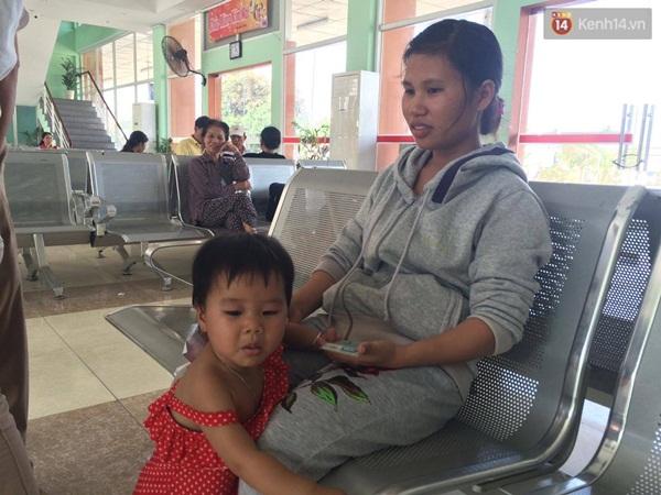 Anh Hào và vợ con bức xúc vì chưa có lời xin lỗi từ nhà ga Biên Hòa - Ảnh: Tứ Quý.