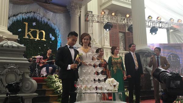 Cô dâu Minh Nguyệt và chú rể Anh Khoa trong ngày cưới