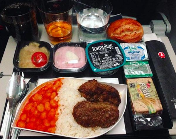 Suất ăn tối của hãng hàng không Thổ Nhĩ Kỳ nhìn thôi đã muốn no.