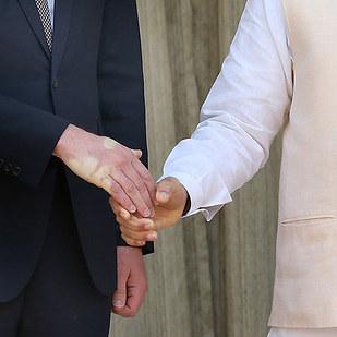Và đây, cú bắt tay mạnh mẽ của Thủ tướng Ấn Độ đã làm cho Hoàng tử William tím tay.