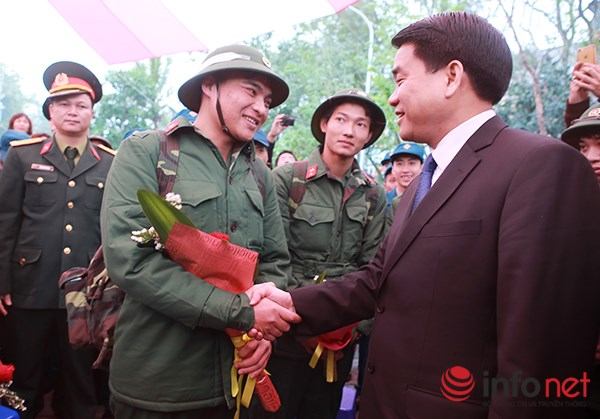 Chủ tịch UBND Thành phố Hà Nội Nguyễn Đức Chung động viên các tân binh lên đường nhập ngũ.