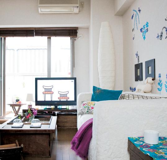 Tuy không đủ diện tích để có các phòng riêng biệt nhưng chủ nhân đã khéo léo bài trí rõ 3 không gian tiếp khách, ngủ và nấu nướng bằng những vật ngăn cách như giá sách, tủ...
