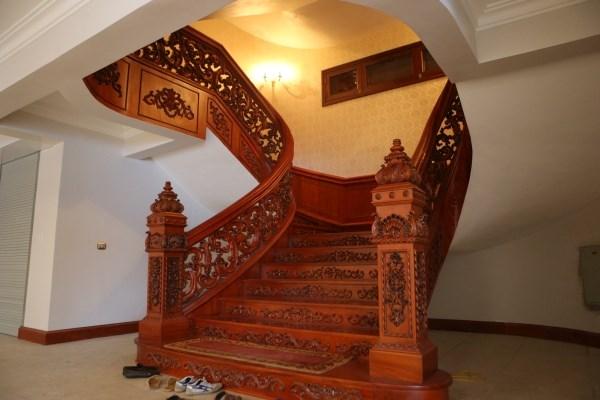Cầu thang cũng được làm rất cầu kỳ...