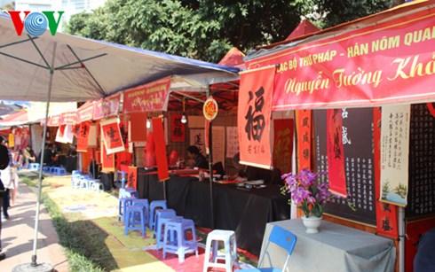 Nhiều gian hàng bên trong hồ Văn chẳng có khách.