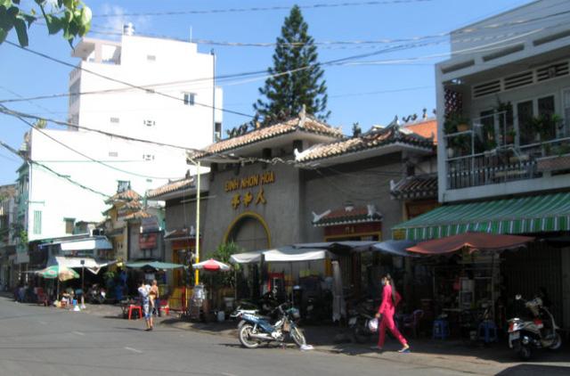 Dãy nhà trên đường Cô Giang, hai bên đình Nhơn Hòa (Q.1, TP.HCM) xưa đều do Công ty Hui Bon Hoa xây dựng (trừ đình Nhơn Hòa), nay đã thay đổi hoàn toàn kiến trúc ban đầu - Ảnh: HỒ TƯỜNG
