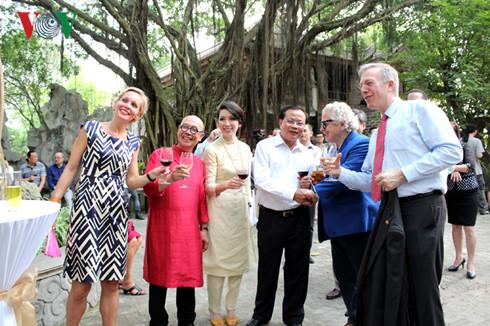 Từ trái qua: Bà Camilla Mellander-Đại sứ Thụy Điển, vợ chồng họa sĩ Thành Chương, Nguyên Ủy viên Bộ Chính trị- Bí thư thành ủy Hà Nội Phạm Quang Nghị, ông Nicolas D.Kanellos- Đại sứ Hy Lạp và ông Ted Osius- Đại sứ Mỹ tại Viêt Nam