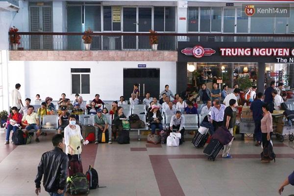 Hành khách chờ tàu ở ga Sài Gòn - Ảnh: Ngọc Dương.