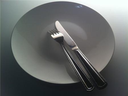 Dấu hiệu ám chỉ người ăn đã dùng xong bữa của người châu Âu.