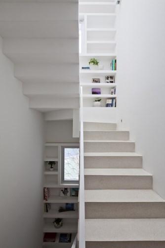 Tại các góc nghỉ cầu thang được trang trí bởi hệ thống kệ với ảnh và các đồ lưu niệm.
