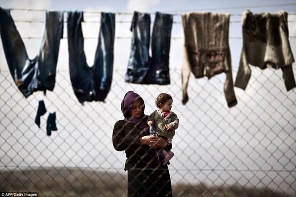 Mỗi ngày, người di cư lại đưa con đến trước hàng rào như một thói quen và mong chờ may mắn.