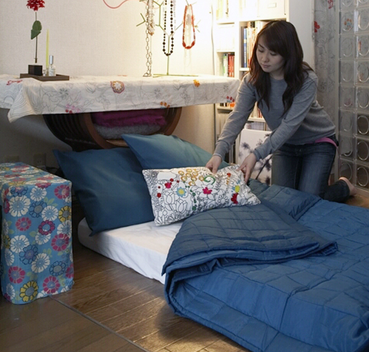 Chiếc đệm nhỏ, gọn theo phong cách Nhật được dùng thay thế cho chiếc giường để tiết kiệm diện tích