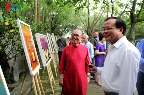 Nguyên Ủy viên Bộ Chính trị, Bí thư thành ủy Hà Nội Phạm Quang Nghị xem triển lãm tranh của họa sĩ Thành Chương