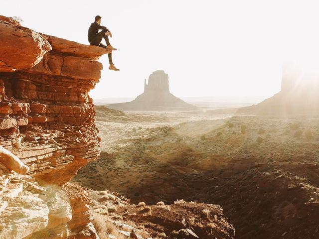 Hình ảnh này được chụp tại Monument Valley tại San Juan, Utah. Tôi đã từng được nhìn thấy nơi này qua rất nhiều hình ảnh trên báo chí, internet nhưng vẫn không thể ngăn mình cảm thấy hồi hộp khi được tận mắt chứng kiến mặt trời dần nhô cao từ mỏm đá vĩ đại này. Vào khoảnh khắc nhìn thấy tia nắng ấm áp đầu tiên từ cuối chân trời, tôi ngồi ở đó, trên rìa vách đá và cảm giác mình thật nhỏ bé trước khung cảnh thiên nhiên tráng lệ này.