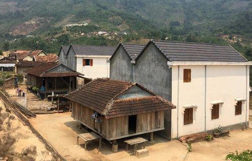 Những ngôi nhà sàn nhỏ dựng bên cạnh biệt thự là nơi sinh hoạt chính của gia đình.