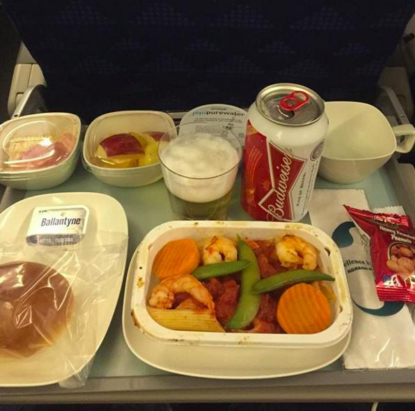 Bữa tối của Korean Airlines khiến người ta liên tưởng đến bữa ăn mẹ nấu ở nhà, thêm một lon bia bố mời và gói hạt rang nhắm cùng bia.
