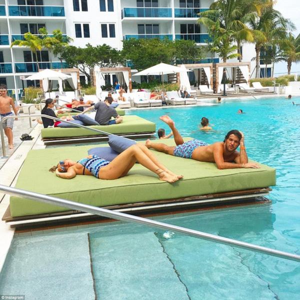 Warren quyết định kéo dài cuộc vui thêm 1 ngày nữa và tìm kiếm niềm vui ở bể bơi của khu khách sạn sang trọng.