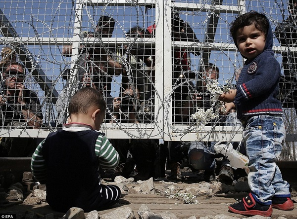 Các em bé chơi quanh hàng rào, có thể còn không biết đến nỗi vất vả của cha mẹ ngoài kia.