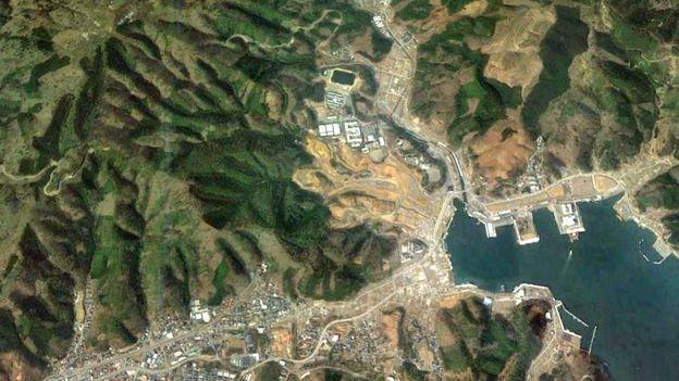Ảnh chụp vệ tinh cho thấy khu vực Onagawa bị sóng thần đánh vào không còn dấu hiệu gì của những nơi trước từng là nhà cửa, đường phố (Ảnh: Google Earth)
