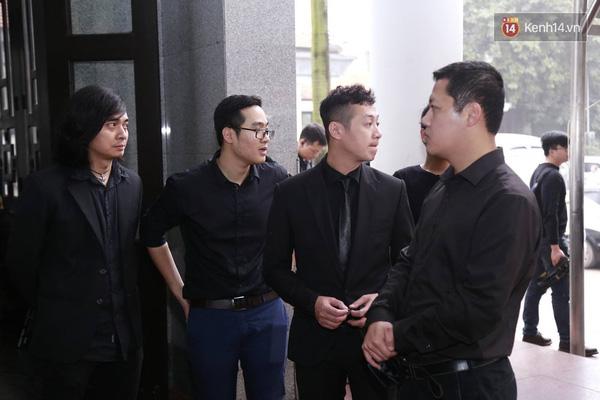 Mạnh Hùng (bìa trái) đã có mặt tại nhà trang lễ