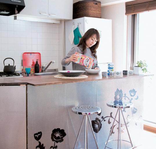 Khu vực nấu ăn và phòng bếp được ghép lại với nhau tạo thành một không gian hiện đại