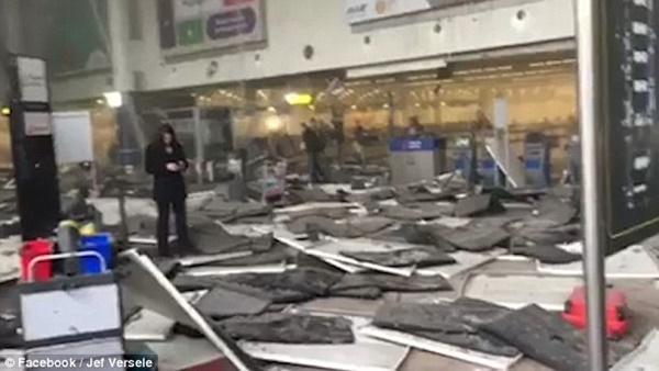 Trần nhà sập sau vụ đánh bom.
