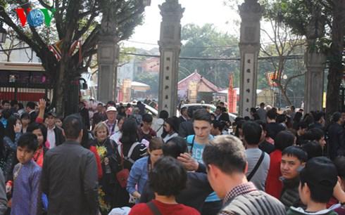 Lượng du khách tới Văn Miếu những ngày Tết rất lớn, nhưng không mặn mà với phố ông đồ phía đối diện.