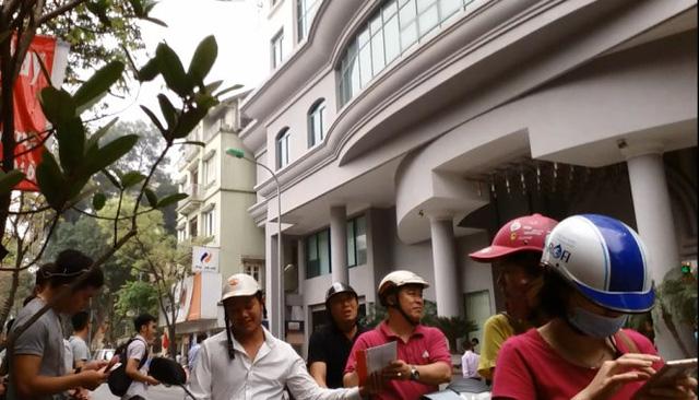 Mời chào bán tiền lưu niệm công khai ngay giữa đường - Ảnh: Quang Thế