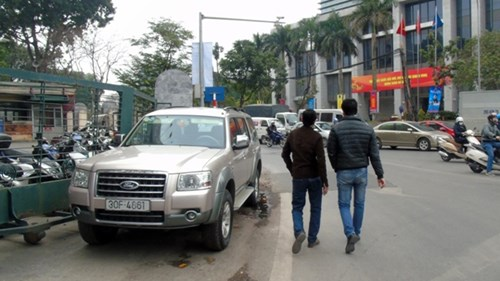 Tại phố Huỳnh Thúc Kháng, vỉa hè bị biến thành bãi xe dù ngay cạnh đó là chốt CSGT