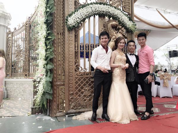 Cô dâu, chú rể chụp ảnh lưu niệm cùng bạn bè trong lễ cưới