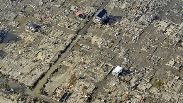 Chỉ còn vài ngôi nhà đứng vững sau trận sóng thần (Ảnh: Getty Images)