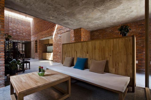 Căn nhà sử dụng các đồ nội thất theo phong cách đơn giản, thô mộc nhưng đậm cá tính và hiện đại.