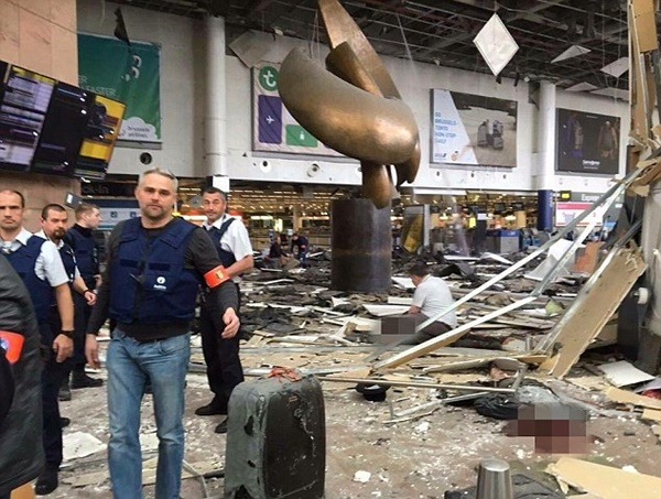 Cảnh tượng hoang tàn tại sân bay Brussels.