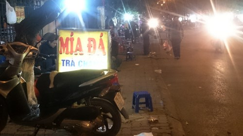 Phố Nguyễn Quý Đức (phường Thanh Xuân Bắc, quận Thanh Xuân) về đêm cũng bị lấn chiếm nghiêm trọng.